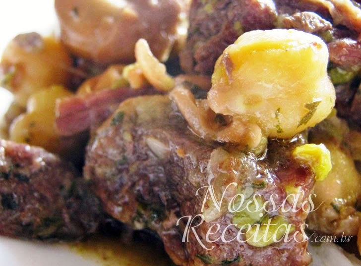 Receita de carne de panela preparada na pressão com grão-de-bico e favas