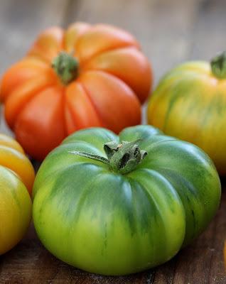 Salade de tomates multicolores à la mozzarella  à la menthe et au citron , sur une idée  de Donna Hay