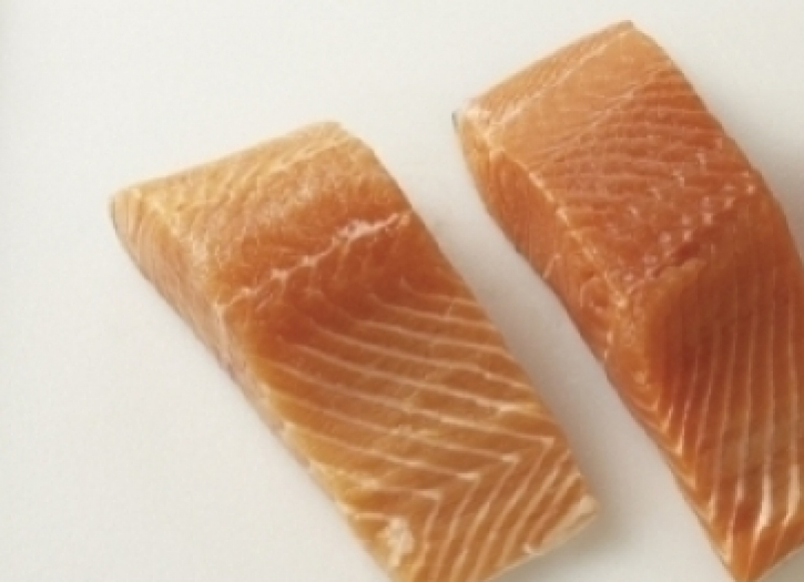 how to tell farmed salmon from wild salmon