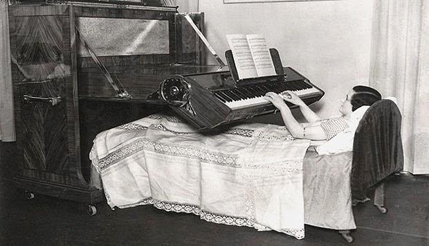 1. Tempat Tidur Piano
