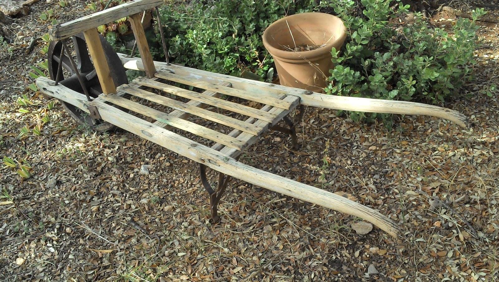 Brouette en bois ancienne for Decoration jardin en bois