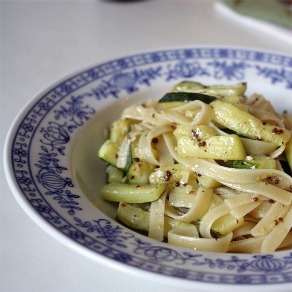 elly 39 s art pasta mit zucchini knoblauch und zitrone. Black Bedroom Furniture Sets. Home Design Ideas