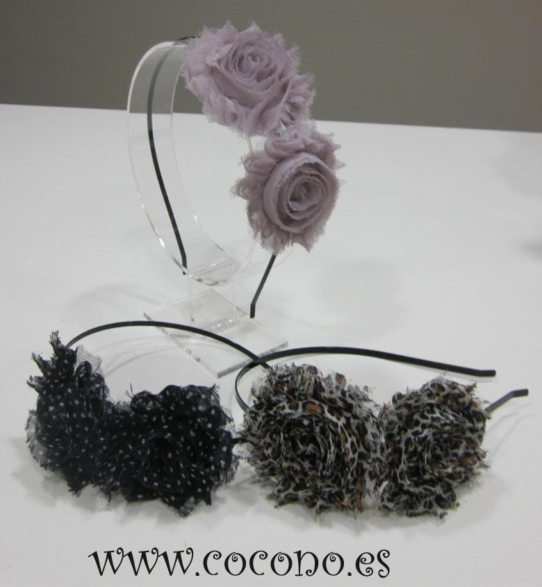 Florecitas de lana sobre diadema forrada al tono. Las tenéis en camel, gris y negro y puestas quedan monísimas. Me gustan tanto para las niñas como para