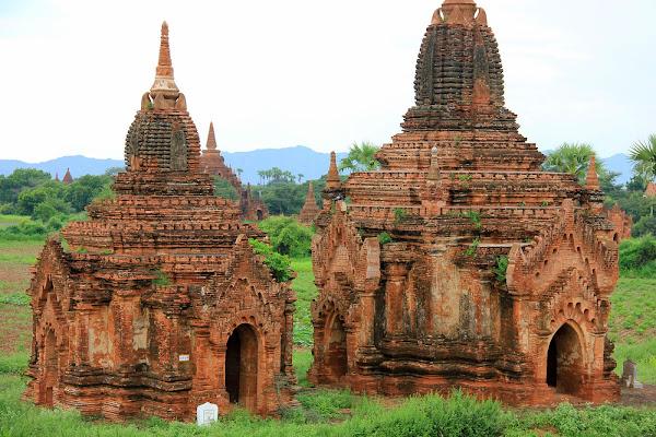 Estupas junto a Mingala Zedi en Bagan