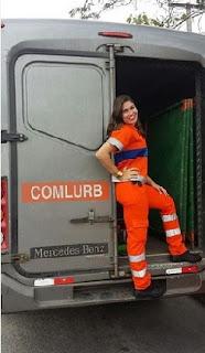 Este é o uniforme que Rita trabalha diariamente. Ela se orgulha do trabalho que faz e anda muito contente com a fama repentina. Para garantir um salário bruto de cerca de R$ 2 mil, Rita encara plantões de até 12 horas para garantir um extra no salário.
