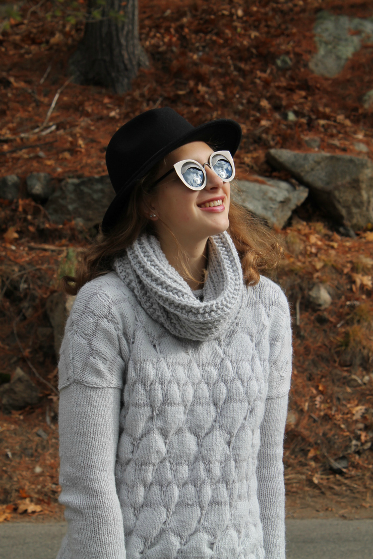 Handknit sweater in dove grey with black fedor - perfect fall outfit