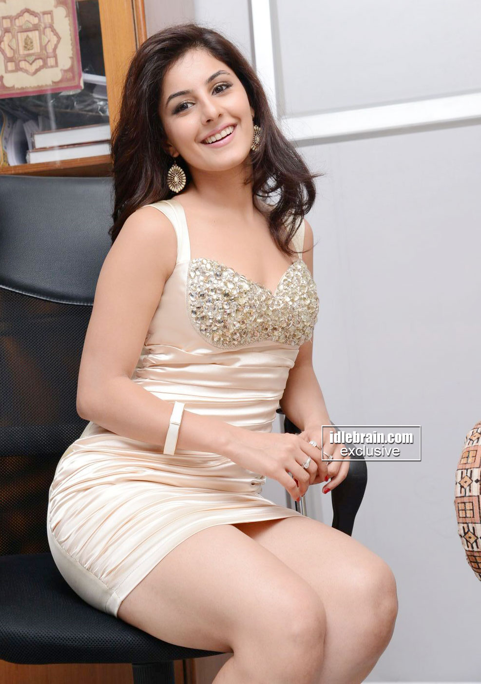 Mallu actress Isha Talwar ultimate hot cleavage show.