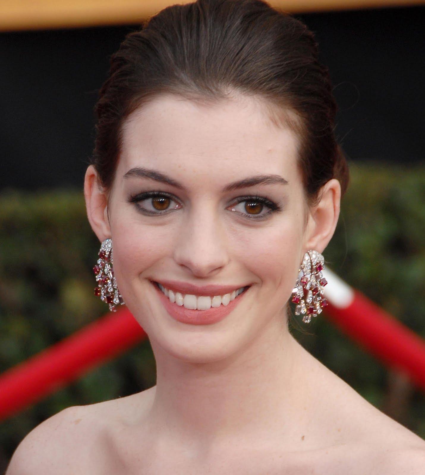 Anne Hathaway Gives A Stuntman A Black Eye!