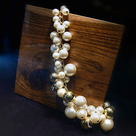 Carolina Herrera Pearl and gold strand necklace.