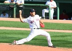 jugador de baseball lanzando la pelota