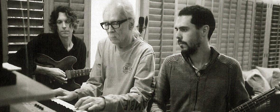 John Carpenter i syn (po prawej) razem z Danielem Daviesem podczas nagrywania Lost Themes