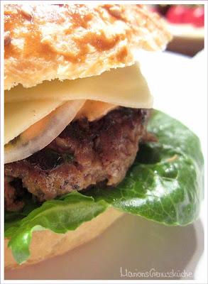 Cheeseburger mit selbstgebackenem Burgerbrötchen