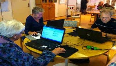 seniorer lär sig om internet