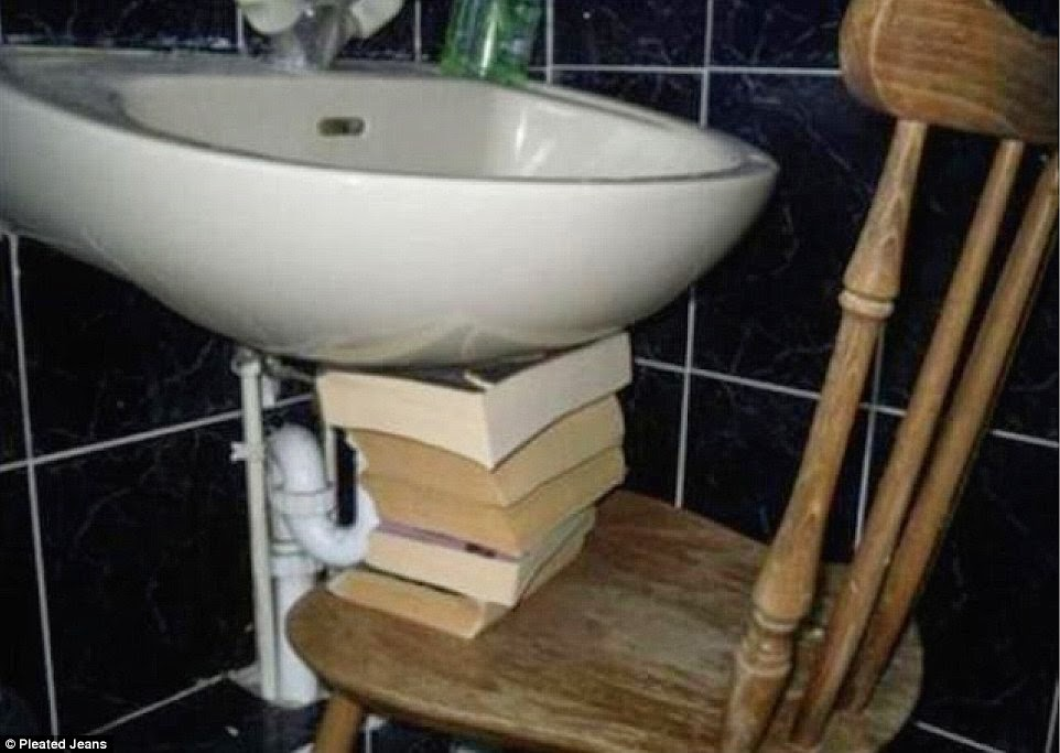 تثبيت الحوض بمجموعة من الكتب و كرسي