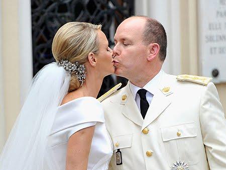 целувката на княза и княгинята на Монако след църковната церемония