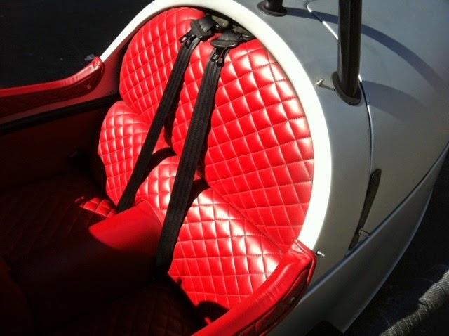 O Morgan 3 Wheeler tem estofamento personalizado em couro ecológico costurado à mão. O cinto de segurança é quase figurativo neste modelo sem capota.