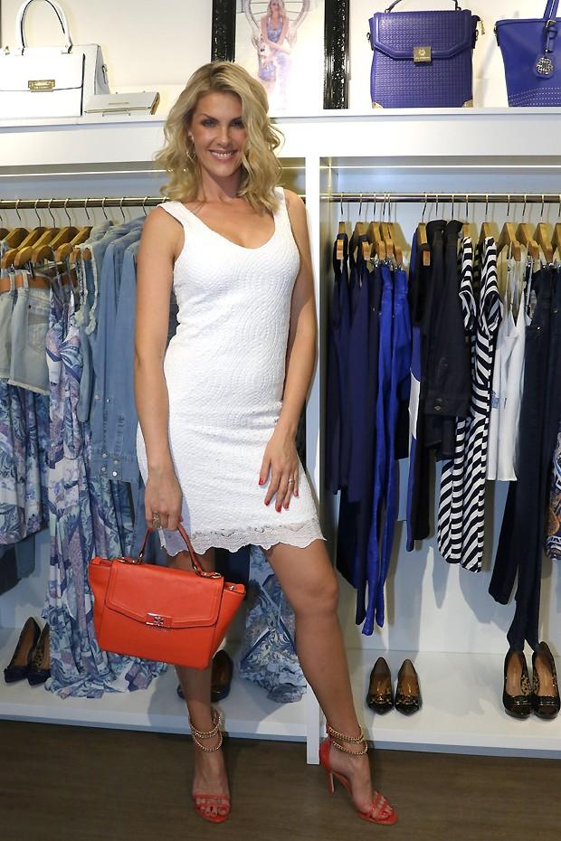 a499054fbc686 Ana Hickmann News  Ana Hickmann aposta em vestidinho branco para ...