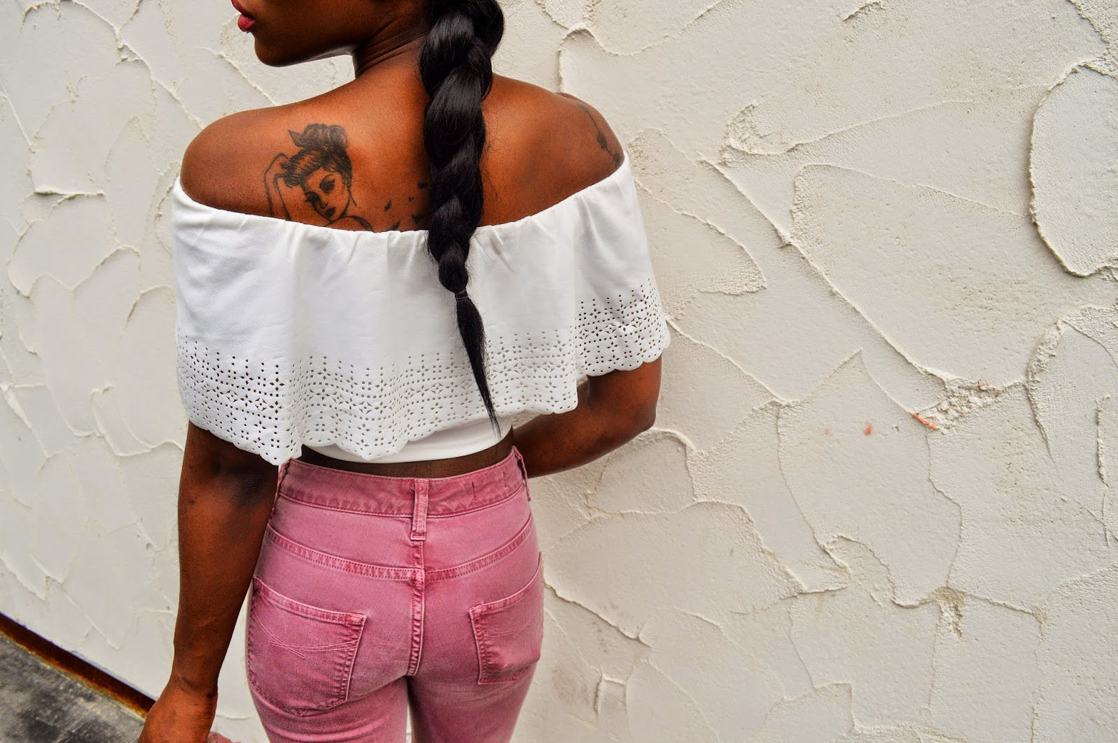 jean flare pastel,  crop top blanc à dentelle, tatouage pin up