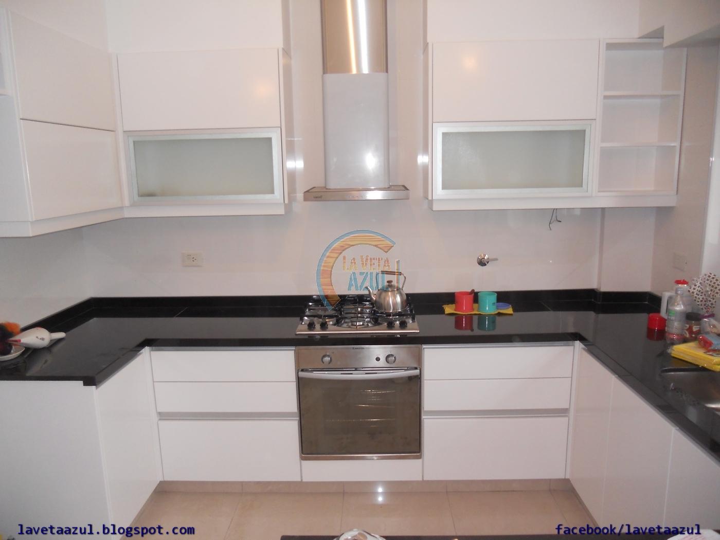 La veta azul mueble cocina en laca blanca semi mate for Severino muebles cocina alacena melamina blanca