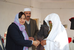 Nusrat Mubashar,Project Director (Pakistan)Savayra Foundation U.K giving keysof houses to f.victims