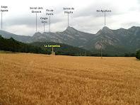 Panoràmica de la Serra de Picancel sobre els camps del Pla de la Coromina des de la granja del mateix nom