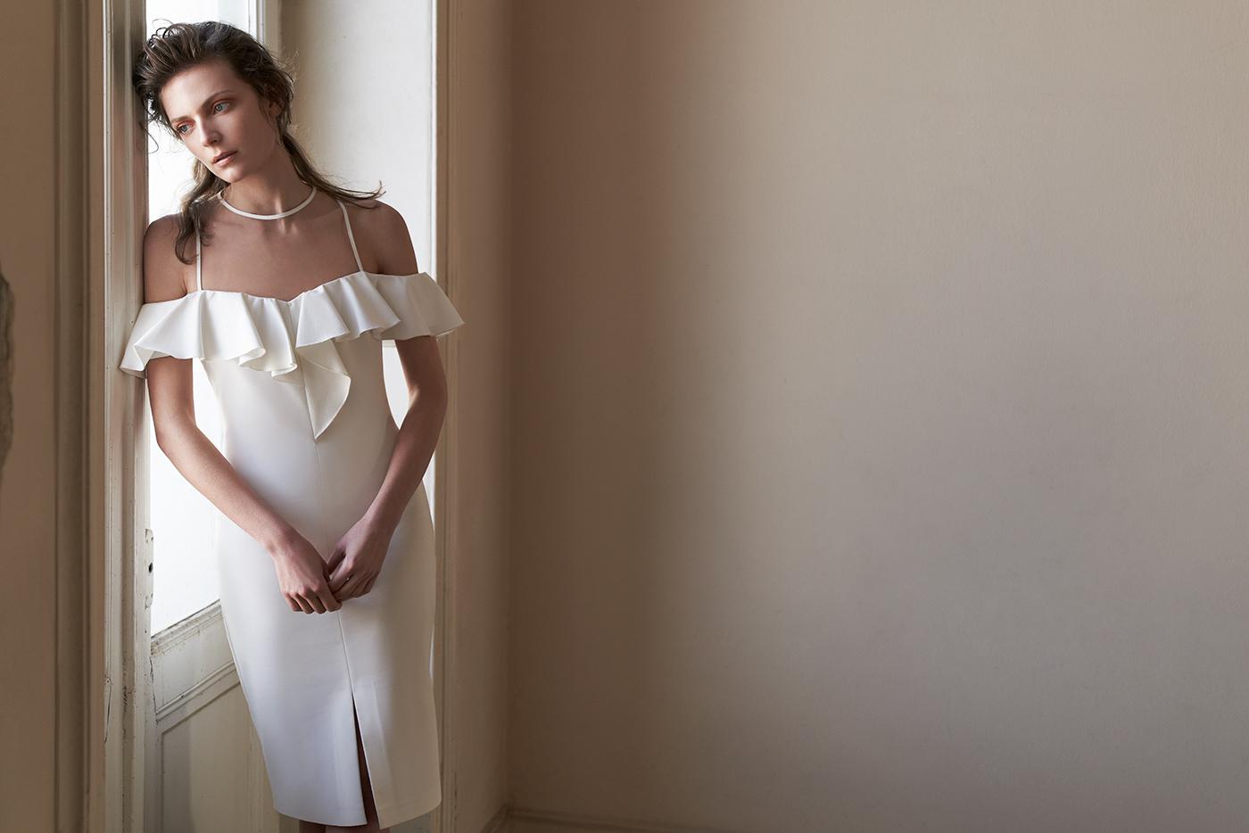 Φορεμα κοκτειλ στυλατο κρεπ με διαφανεια και μανικι βολαν