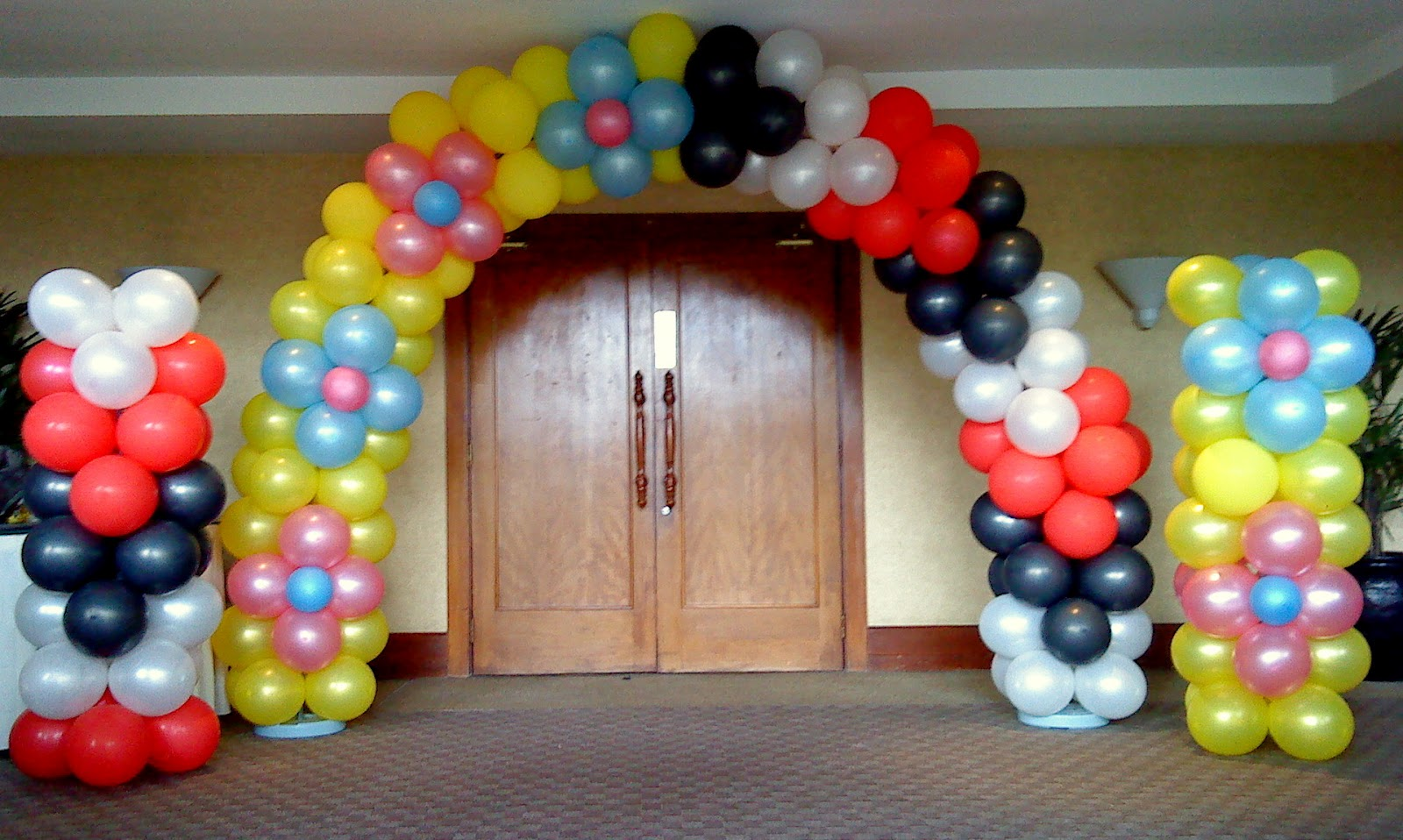 Party n balloons balloons decoration for Balloon decoration on wall for birthday