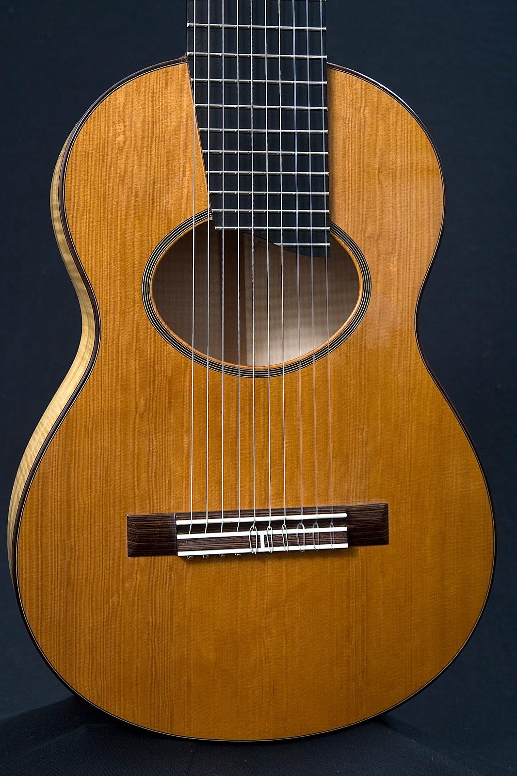 Guitarra+de+10+cuerdas%252C+tapa+de+Western+Red+Cedar%252C+boca+y+roseta+ovaladas%252C+puente+de+Wengu%25C3%25A9.jpg