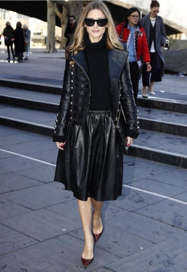 saia preta, saia midi, saia de couro, jaqueta preta, jaqueta de couro, scarpin, óculos de sol, blusa de gola alta, moda, roupas, roupas femininas, look preto, look total black,Blusa Feminina,Jaqueta Feminina