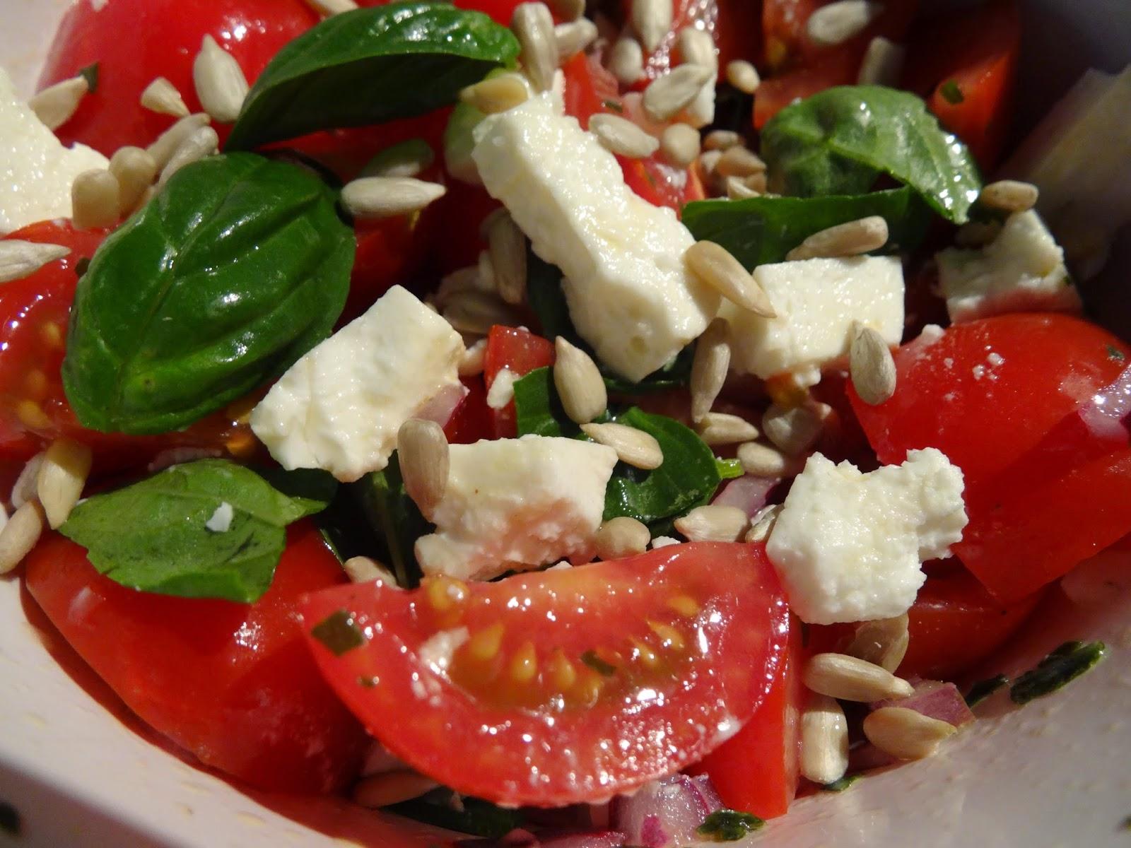 Low Carb: Leichter Tomatensalat mit Feta und Basilikum