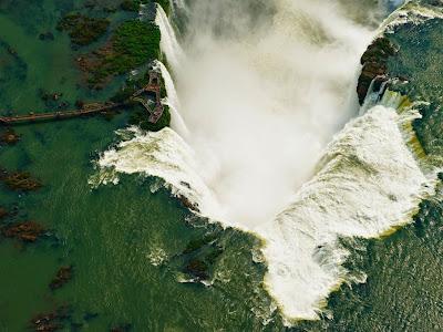 Один из участков водопада - гиганта Игуасу