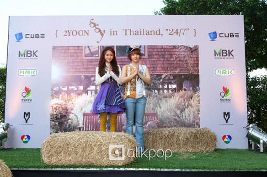 "2YOON กับภาพบรรยากาศโปรโมทเพลง ""24/7"" ในประเทศไทย"