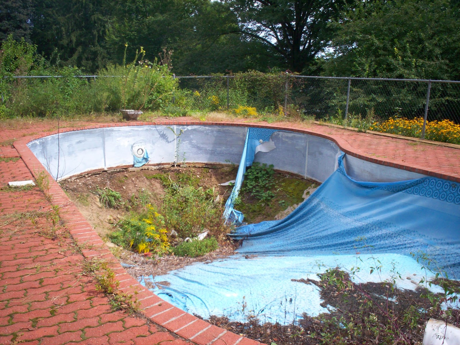 Replacing a liner how a pool professional does it general swimming pool information for Above ground swimming pool liners