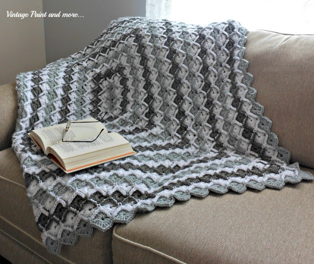 Vintage, Paint and more... crochet afghan with a diamond pattern from a free pattern