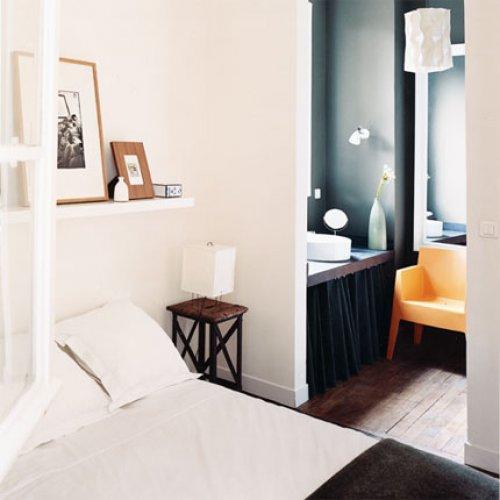 schwarzes Bad mit orangerotem Toy Stapelsessel von KARTELL