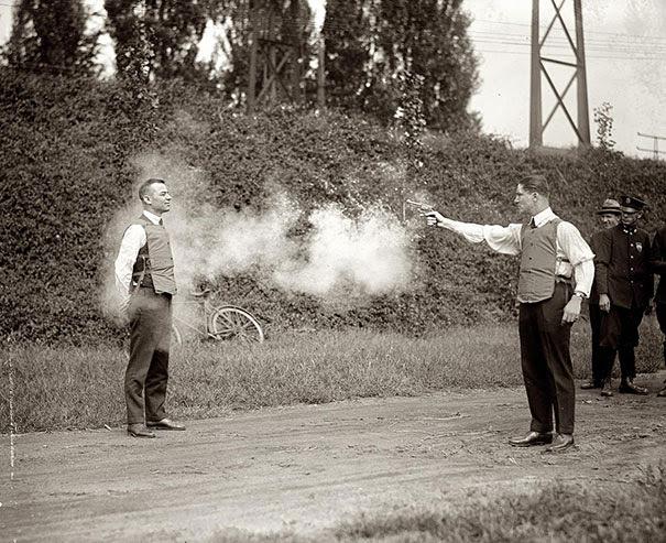 Тестирование нового пуленепробиваемого жилета, 1923 г.