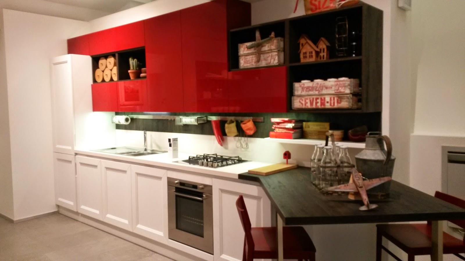 cucina laccato rosso e decorativo bianco Veneta cucine