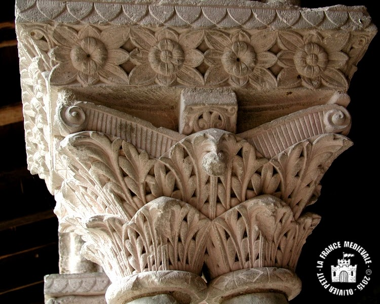 MOISSAC (82) - Le cloître roman : chapiteau à décor végétal