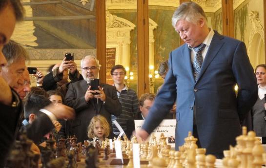 Anatoli Karpov affronte 33 adversaires simultanément à Asnières-sur-Seine © Le Parisien