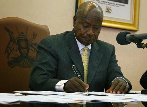 Lei sancionada em Uganda, na África, prevê prisão inicial de 14 anos, até prisão perpétua para homossexuais.