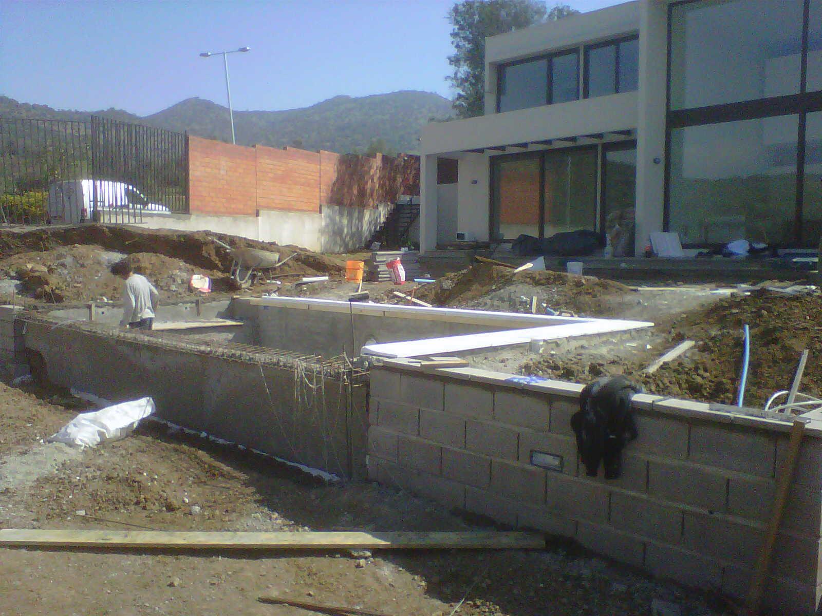 Piscina sin fin la dehesa arquitectura de exterior for Construccion de piscinas en santiago