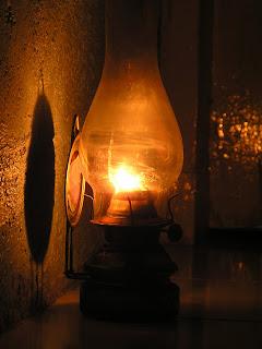 Lampu Minyak Tanah dengan Semprong Kaca