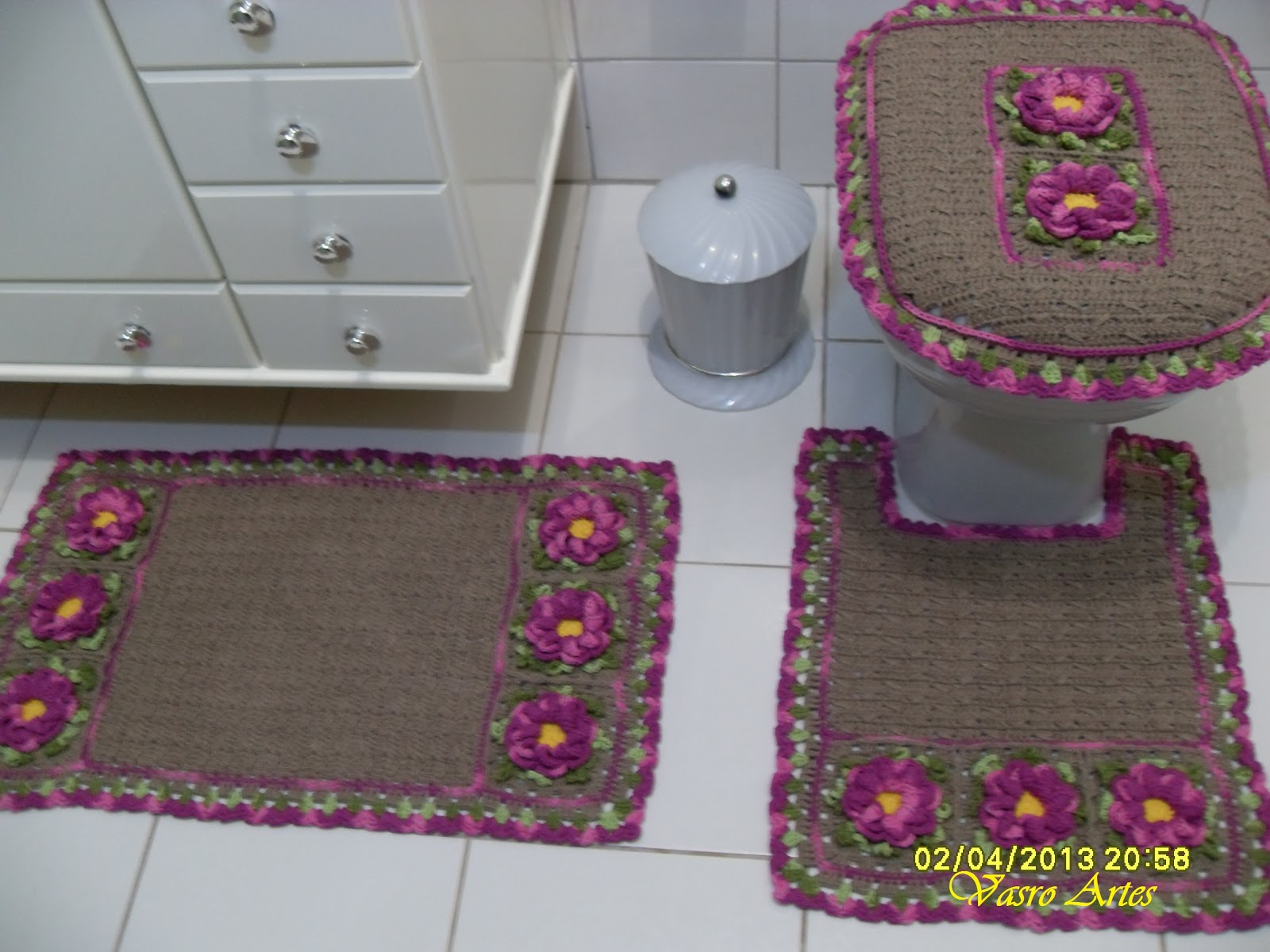 Vasro Artes: Jogo de Banheiro em Crochê Jardim Secreto #7D3A63 1600 1200