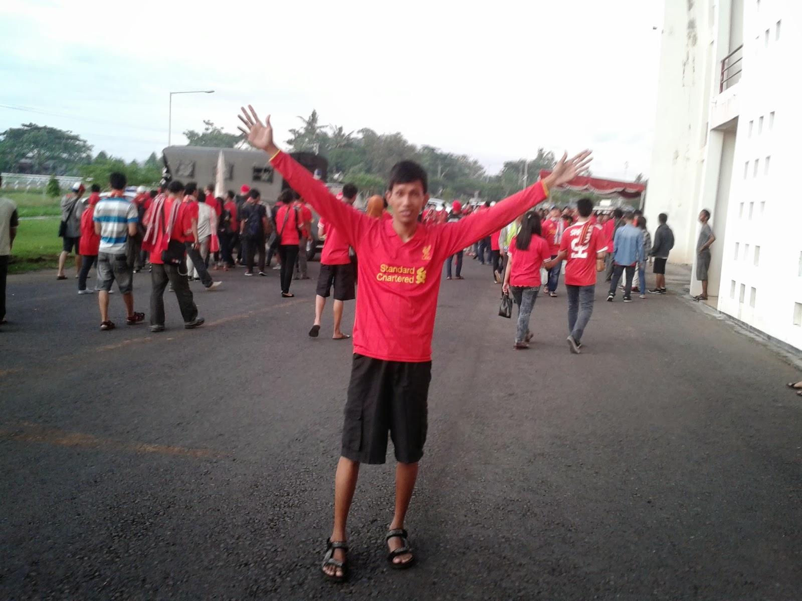 Beraksi di depan stadion