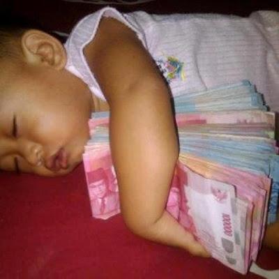 Bayi Ini Tidur Nyenyak Sambil Meluk Uang Banyak