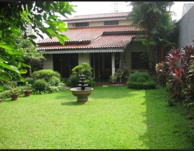 rumah dengan taman yang luas