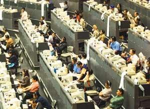ANALISIS PENGARUH VARIABEL EARNING PER SHARE (EPS), PRICE EARNING RATIO (PER) DAN RETURN ON ASSETS (ROA) TERHADAP HARGA SAHAM  (Studi pada Saham Perusahaan Jasa Telekomunikasi Pemerintah  yang  Go Public di BEI tahun 2004 -2008)