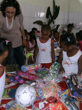 As Crianças escolhendo os Brinquedos...