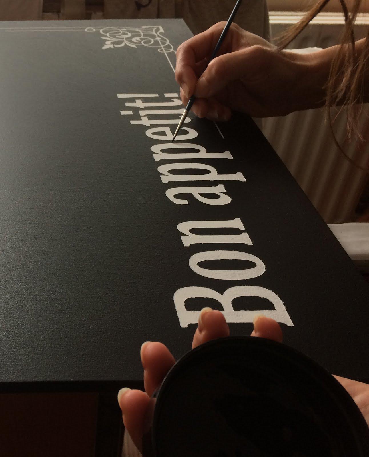 Ръчно надписване и брандиране на черни дъски.