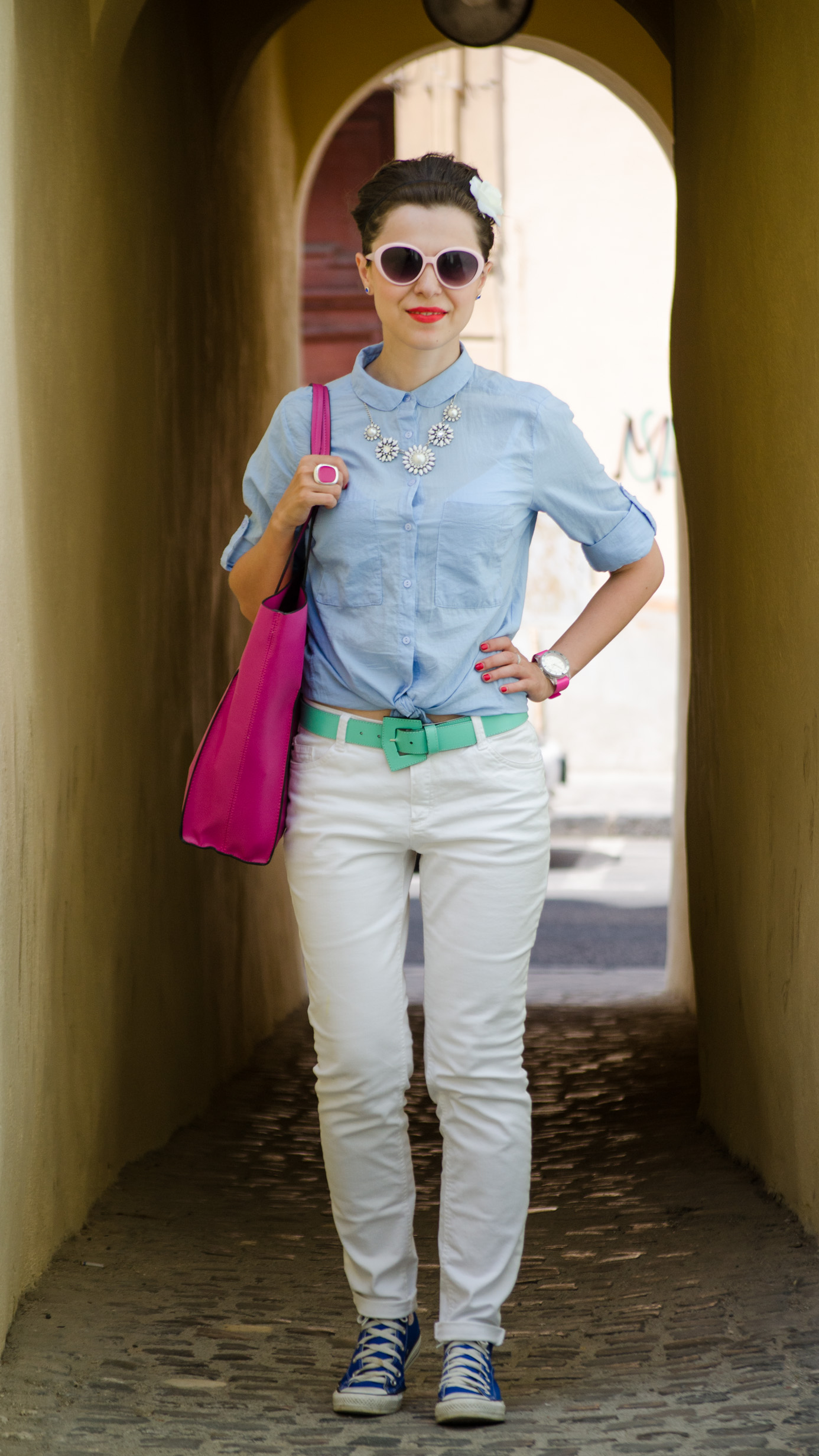 white jeans loose boyfriend shirt fuchsia bag zara C&A converse cobalt blue sneakers holiday outfit mountains